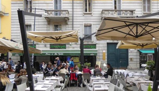 Tavolini all'esterno con autocertificazione
